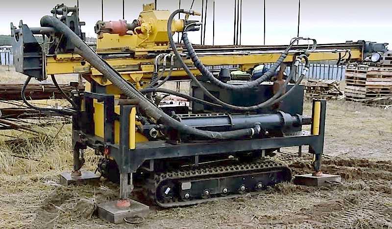 Малогабаритная буровая техника на гусеничном ходу для бурения артезианских скважин и воды на песок