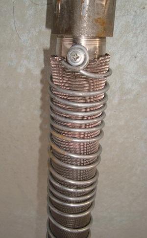 Крепление проволочек на трубу для фильтра для абиссинского колодца.
