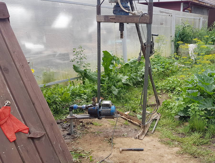 Фото: Абиссинская скважина рядом с колодцем